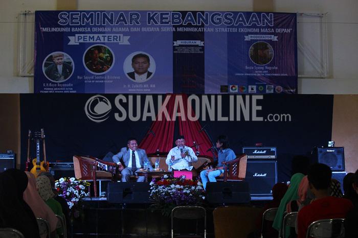 "Ir. H.Zulkifli MH. MM (Kiri), K.H Buya Royanudi (Tengah), hadir sebagai pemateri didampingi oleh moderator Restu Syauqi Nugraha (Kanan) dalam acara Seminar Seminar Kebangsaan yang bertemakan ""Melindungi Bangsa Dengan Agama Dan Budaya Serta Meningkatkan Strategi Ekonomi Masa Depan"" di Aula Abjan Soelaiman, UIN Bandung, JL. A.H Nasution No. 105, Kota Bandung, Rabu (25/5/2016). Dikarenakan ada halangan, ketua GP Anshor Cilacap Nur Sayyid Sentosa Kristeva yang juga menjadi pemateri tidak bisa hadir dalam acara ini. (SUAKA/ Elya Rhafsanzani)"