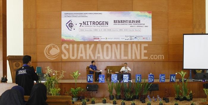 Peneliti utama Puslitbang Teknologi Mineral dan Batu Baru sedang memaparkan materi dalam seminar nasional 'Implementasi mineral dan energi dalam mewujudkan Indonesia yang produktif', di Aula Anwar Musaddad UIN SGD Bandung, Sabtu (21/5/2016). (SUAKA / Mohamad Aziz Pratomo)