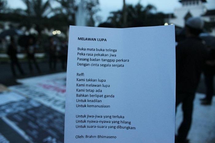 Lirik lagu Melawan Lupa karya Brahm Bhimaseno yang dibagikan pada seluruh peserta Aksi Kamisan Bandung, Kamis (30/6/2016) di depan gerbang Gedung Sate, Bandung. Brahm mempersilahkan karyanya untuk selalu diperdengarkan pada tiap Kamisan.