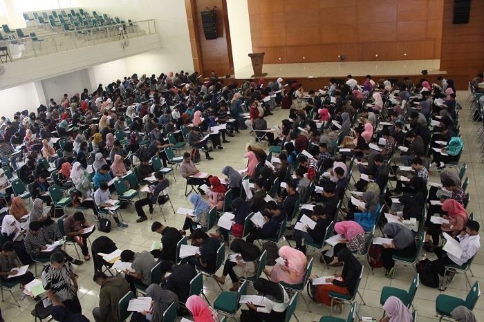 Suasana seleksi Ujian Mandiri (UM) 2016 UIN SGD Bandung berlansung tenang dan tertib, Rabu (13/7/2016) di Gedung Anwar Musaddad. Sebanyak 7686 peserta ujian dibagi ke dalam 215 ruangan di kampus. (SUAKA/Elya Rhafsanzani)