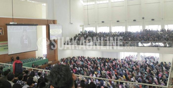 Ribuan mahasiswa baru UIN SGD Bandung mengikuti technical meeting sebelum pelaksanaan Orientasi Pengenalan Akademik Kampus (OPAK) 2016 di Aula Anwar Musaddad, Sabtu (27/8/2016). OPAK yang diikuti 5.915 mahasiswa tersebut akan dilaksanakan pada Senin (29/8/2016) hingga Rabu (31/8/2016) dan fasilitas yang dibagikan berupa ATK dan kaos OPAK. (SUAKA / Rendy M. Muthaqin)