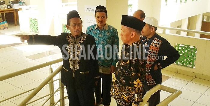 Rektor UIN SGD Bandung, Mahmud dan pengelola Ma'had sedang meninjau lokasi gedung Ma'had seusai memberikan sambutan pada acara pembukaan Ta'aruf Ma'hady, Sabtu (27/8/2016). (SUAKA / Dadan Ridwan)