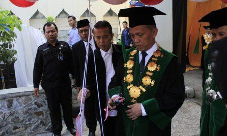 Rektor UIN SGD Bandung, Mahmud saat meresmikan Orientasi Pengenalan Akademik dan Kemahasiswaan (OPAK) 2016 di Aula Anwar Musaddad, Senin (29/8/2016). (Wisma Putra / Kontributor)