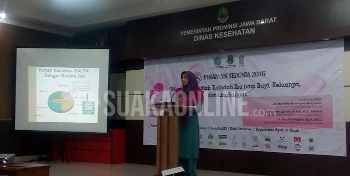 Kepala Dinas Kesehatan Provinsi Jawa Barat, Alma Lucyati saat berbicara di acara peringatan Pekan ASI Sedunia yang digelar oleh Asosiasi Ibu Menyusui Indonesia (AIMI) Cabang Jawa Barat di Aula Gedung Dinas Kesehatan Pemprov Jabar, Pasteur, Bandung, Minggu (7/8/2016). (SUAKA / Isthiqonita)