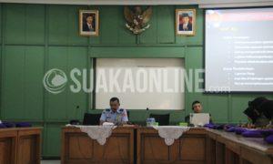 Kepala Staf Garnisun Tetap II, Sun Sudharta (kiri) menyampaikan materi mengenai Protokol Garnisun di Aula lantai 2 gedung H. Djauharuddin AR UIN SGD Bandung, Rabu (24/8). Kegiatan ini merupakan serangkaian dari Kursus Dinas Staf 2016 tingkat Nasional yang diadakan oleh Resimen Mahasiswa Mahawarman Kompi Berdiri Sendiri UIN SGD Bandung. (SUAKA / Nunung Nurhayati)