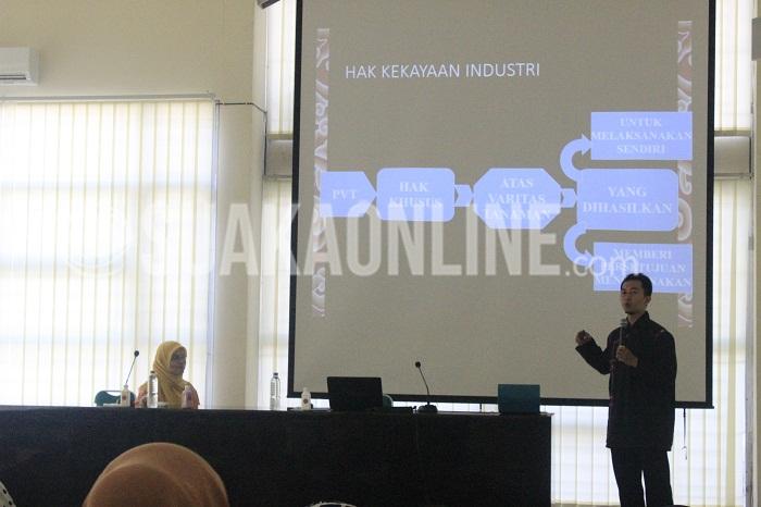 Didi Sulaeman sedang menyampaikan materi HKI yang digelar oleh Lembaga Penelitian dan Pengabdian Masyarakat (LP2M) UIN SGD Bandung di Aula Rachmat Djatnika, Kamis (18/8/2016). (Rendy M. Muthaqin/SUAKA)