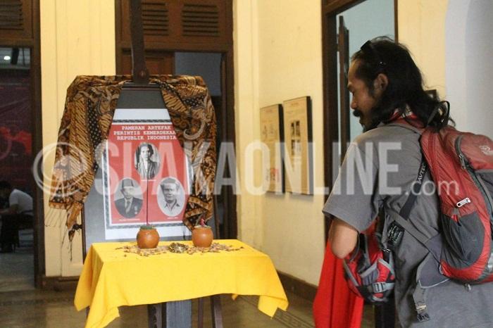 Seorang pengunjung sedang melihat figura tiga tokoh perintis kemerdekaan dalam acara pameran artefak, di Gedung Indonesia Menggugat, Kota Bandung, Jum'at (19/8/2016). Pameran berlangsung dari 17-20 Agustus 2016 dengan menampilkan barang-barang peninggalan yang bersejarah. (Elya Rhafsanzani/SUAKA)