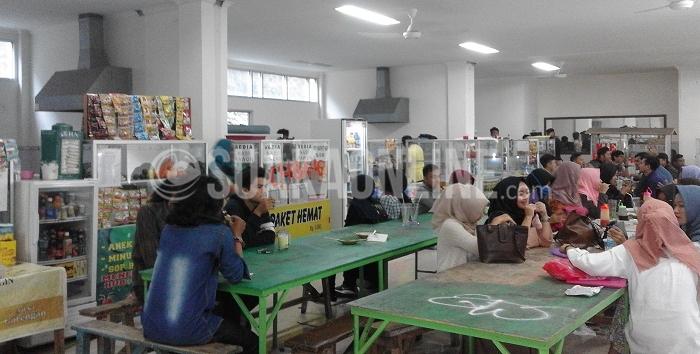 Suasana kantin yang baru dipindahkan ke gedung bekas Dewan Mahasiswa, Selasa (8/9/2016). Perpindahan kantin dilakukan karena pengelolaan berpindah dari pihak koperasi ke pihak kampus. (SUAKA/Ima Khotimah)