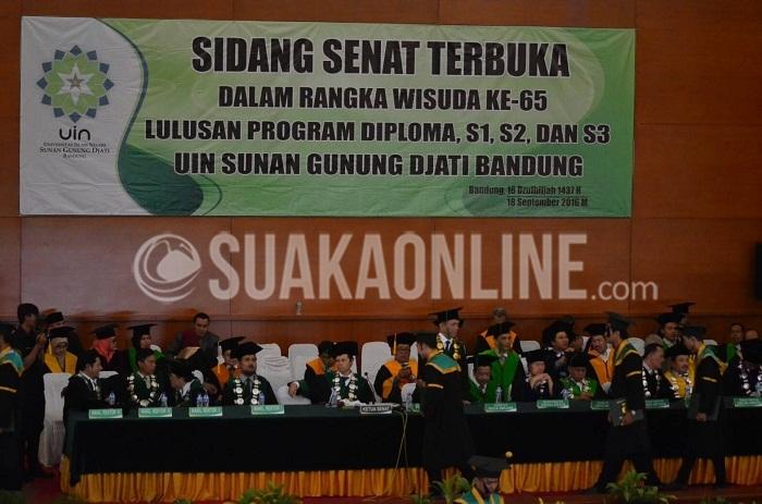 Prosesi pemindahan tali wisuda oleh Rektor UIN SGD Bandung Mahmud, dalam Sidang Senat Terbuka Wisuda ke-65, di Aula Anwar Musaddad, Minggu (18/9/2016). (Elya Rhafsanzani/Suaka)