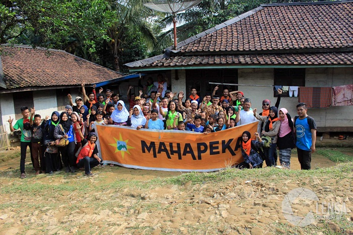 Mahapeka UIN SGD Bandung berfoto bersama warga sekitar usai melaksanakan Bakti Sosial dan Penyuluhan Lingkungan Hidup ke-27. (M. Aziz Pratomo/Suaka)
