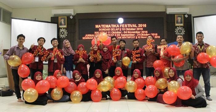 Panitia MathFest berfoto bersama selepas acara pembukaan di Aula Utama, Fakultas Sains dan Tekhnologi (Saintek) UIN SGD Bandung. Senin (4/10/2016) (Dok. Pribadi)
