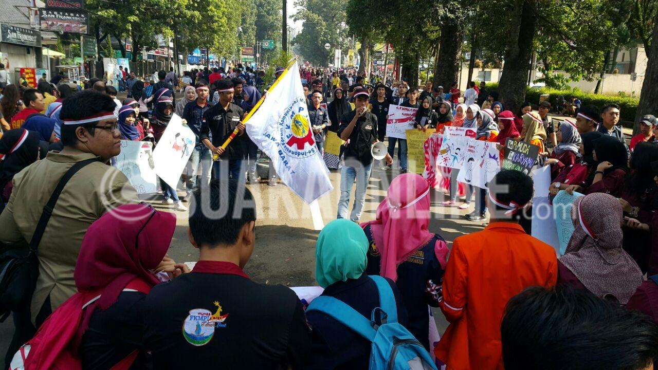FKPMI menggelar aksi damai dalam rangka memperingati Hari Sumpah Pemuda, Minggu (30/10/2016) di Car Free Day Dago, Bandung. (Restia/Suaka)