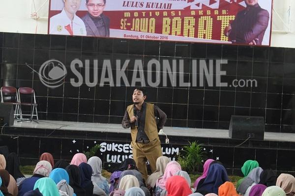 Abi Fakhri sedang menyampaikan materi mengenai sukses sebelum kuliah dalam acara motivasi akbar se-Jawa Barat yang digelar oleh HBB Community, Sabtu (1/10/2016) di Aula Abdjan Soelaiman. (Elya Rhafsanzani/Suaka)