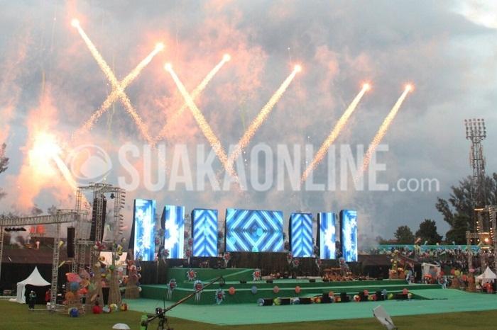 Pesta Kembang Api di Pembukaan Peparnas XV/2016 Jawa Barat yang Resmi dibuka hari ini, Sabtu (15/10/2016) oleh Menpora Imam Nahrawi di Stadion Siliwangi Kota Bandung. (Dadan M.Ridwan/Suaka)