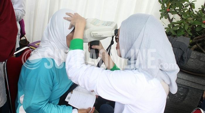Pemeriksaan mata oleh salah satu petugas dari Rumah Sakit Mata Cicendo Bandung dalam rangka Hari Penglihatan Dunia (World Sight Day). Acara ini digelar di Car Free Day Cikapayang Dago.