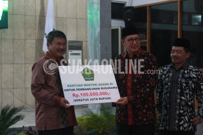 Penyerahan sumbangan secara simbolis dari Menteri Agama Republik Indonesia, Lukman Hakim Saifuddin kepada Bupati Garut, Rudi Gunawan, Kamis (8/10/2016) di Pendopo Garut. (Suaka/Nida Fikriyatul J.)
