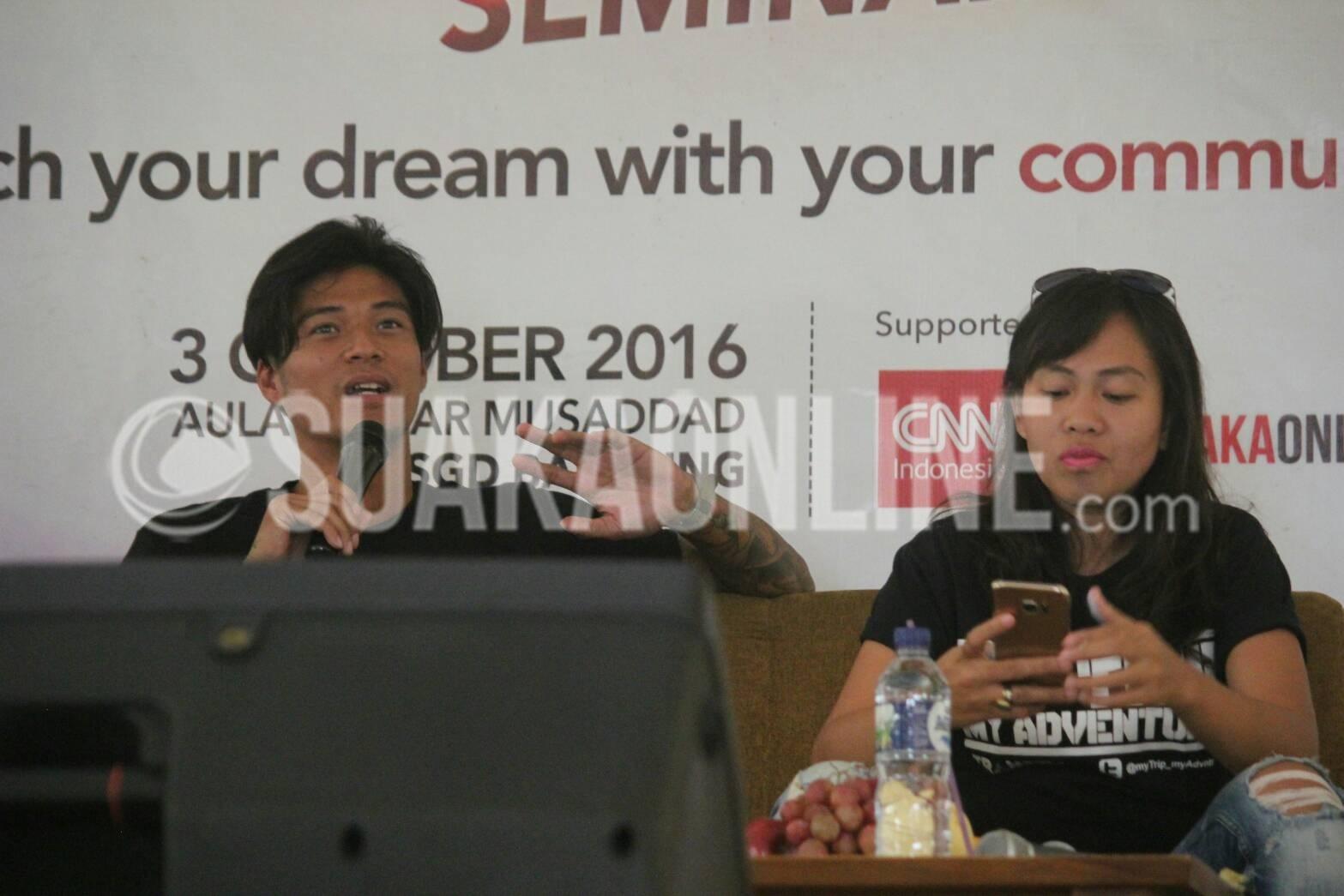 Marshal Sastra, Host My Trip My Adventure (kiri) dan Yessy Yeni Agus (kanan) berbagi pengalamannya tentang dunia broadcasting dalam acara Seminar Broadcasting di Aula Anwar Mussadad, UIN Bandung, Selasa (3/9/2016). Acara ini diselenggarakan oleh Lembaga Pers Mahasiswa Suaka yang bekerja sama dengan Trans Corporation dan CNN Indonesia. (SUAKA/ELYA RHAFSANZANI