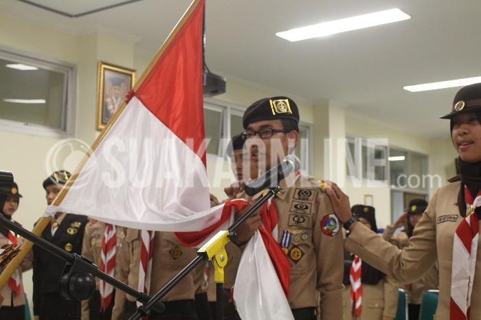 Atoilah bersumpah dengan memegang bendera merah putih saat di lantik menjadi Ketua Rancana Putra Gerakan Pramuka Gugus Depan Kota Bandung di Aula Fakuktas Ilmu Sosial Dan Politik, Minggu (2/10/2016). Sebanyak 11 orang yang dilantik menjadi ketua dari masing masing divisi. (Elya Rhafsanzani/Suaka)