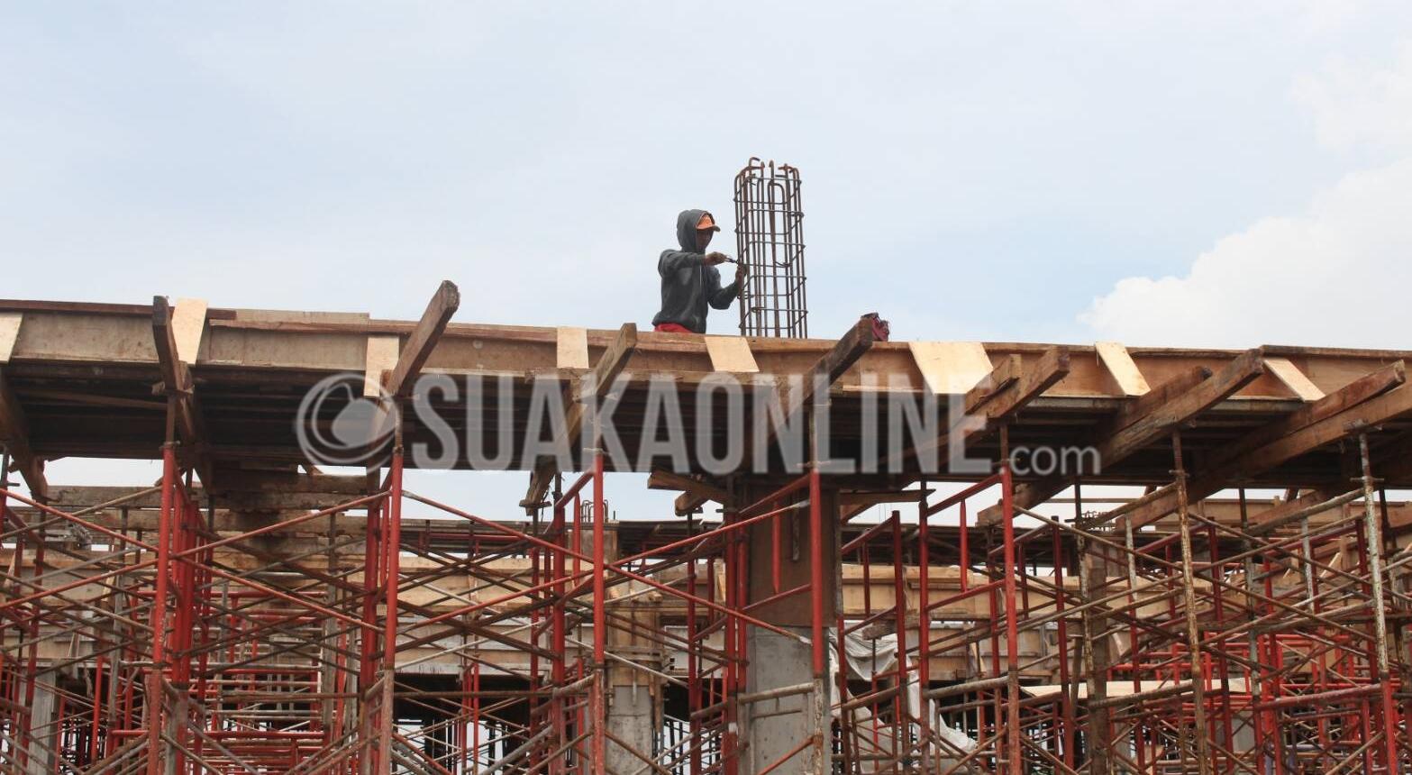 Pekerja sedang mengelas besi gedung proyek UIN 2, Jalan Soekarno-Hatta, Kota Bandung, Selasa (1/11/2016). Hingga kini ada 2 bangunan  yang sedang di garap dalam proyek UIN 2. (Suaka/Elya Rhafsanzani)