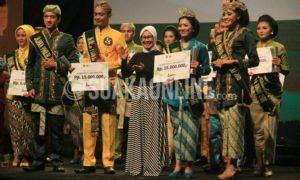 Para pemenang dalam ajang Pasanggiri Mojang Jajaka (Moka) Jawa Barat 2016 menerima hadiah pada malam Grand Final, di Sasana Budaya Ganesha (Sabuga) Bandung, Selasa (22/11/2016). (SUAKA / Dadan M. Ridwan)