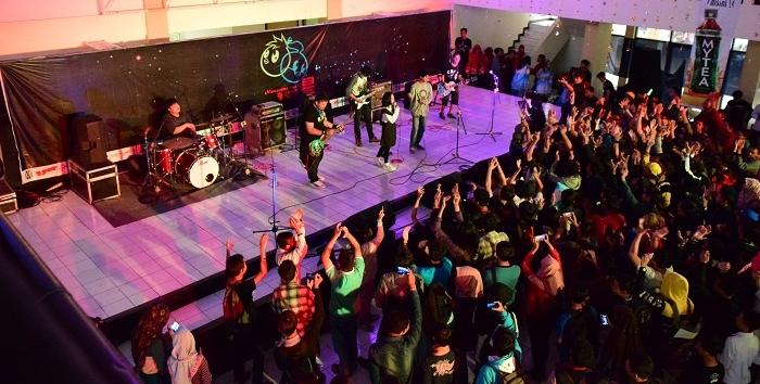 Kemeriahan peserta UIN Matsuri saat salah satu band yang mengisi perayaan UIN Matsuri 2016 di Aula Abdjan Soelaeman, Minggu (13/11/2016). (SUAKA / Ismail Abdurrahman Azizi)