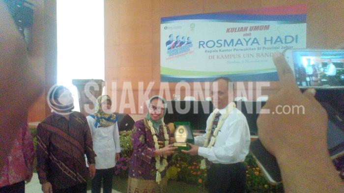 Kepala Kantor Perwakilan Bank Indonesia ProvinsiJawabarat, RosmayaHadi (darikanan) menerimacinderamatdari UIN SGD Bandung yang diberikanolehRektor UIN SGD Bandung, Mahmud di Aula Anwar Musaddad, Selasa (8/11/16).