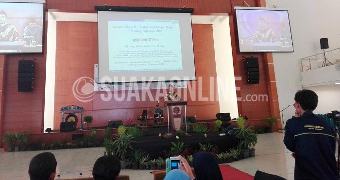 Salah satu pencipta jaringan 4G dari Indonesia, Khoirul Anwar tengah memberikan materi dalam Seminar Nasional jurusan Teknik Elektro Fakultas Sains dan Teknologi (Saintek) UIN SGD Bandung di Aula Anwar Musaddad, Sabtu (26/11/2016). Anwar memprediksi akan ada empat permasalahan yang dihadapi oleh Indonesia yaitu krisis air, bertumpu pada teknologi dan media sosial 2043, komunikasi antar mesin di era 5G di tahun 2020 dan mengontruksi informasi yang saat ini mulai dilakukan di tahun 2016 ini. (SUAKA / Restia Aidila Joneva)