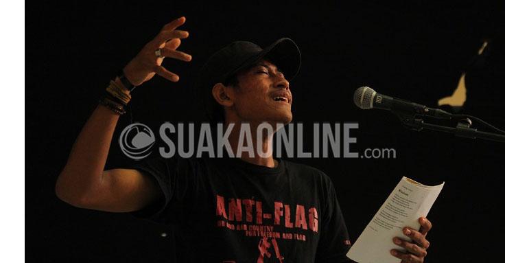 """penampilan dari perwakilan Pena Terpasung saat menampilkan monolog diacara diskusi dan bedah film """"Pulau Buru Tanah Air Beta"""""""