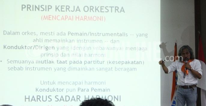 """Budayawan, Aat Soeratin sedang memberikan materi di acara Gelar Wacana dan Pameran yang bertema """"Inspirasi Muda Menjelajahi Nusantara"""" yang diadakan oleh Organisasi alam bebas Wanadri di Aula Museum Geologi, Bandung, Sabtu (19/11/2016). (SUAKA /  Galih Muhamad)"""