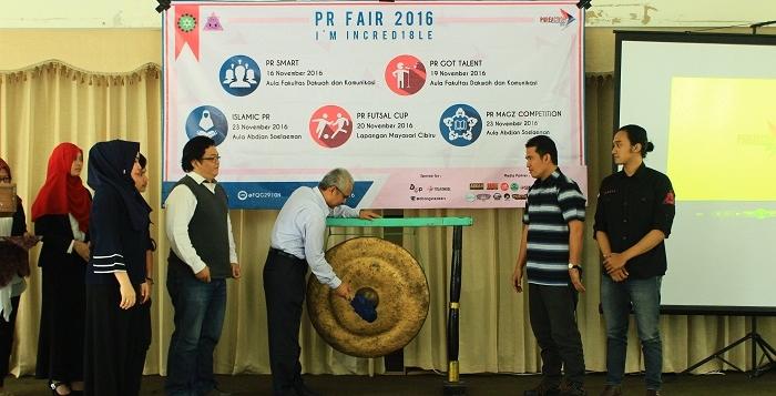 Wakil Dekan 3 Bidang Kemahasiswaan Fakultas Dakwah dan Komunikasi UIN SGD Bandung, Dadan Suherdiana membuka perayaan hari jadi Jurusan Ilmu Komunikasi Hubungan Masyarakat yang ke 18 dengan memukul gong. (Kontributor / Yoga)