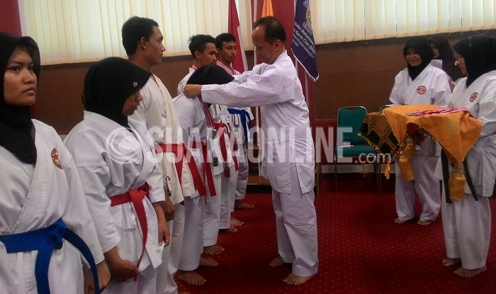 Rektor UIN SGD Bandung, Mahmud saat memberikan medali kepada para Atlet Berprestasi Unit Kegiatan Mahasiswa (UKM) Bandung Karate Club (BKC) UIN SGD Bandung, di Aula Utama FISIP, Senin (21/11/2016)