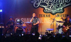 Penyanyi Pop Jazz Muhammad Tulus atau yang akrab disapa Tulus, dan Fiersa Besari turut memeriahkan Tekno Musik yang merupakan rangkaian acara Gema Tekno 8 di Aula Anwar Musaddad, Minggu (27/11/2016). Gema Tekno 8 adalah acara ulang tahun ke-8 Himpunan Mahasiswa Jurusan Teknik Elektro (Himanitro) UIN SGD Bandung. (SUAKA / Elya Rhafsanzani)