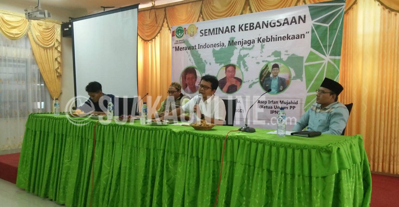 Arie Sudjito (Kanan Kedua) sedang menyampaikan materi pada Seminar Kebangsaan di Aula Fakultas Adab dan Humaniora Pada Rabu (30/11). (Ridwan Alawi/SUAKA)