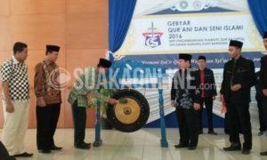 Pembukaan Gebyar Qur'ani dan Seni Islami dengan pemukulan gong oleh Wakil Rektor III bagian Kemahasiswaan UIN SGD Bandung, Muhtar Solihin di di Aula Anwar Musaddad, Kamis (8/12/2016). Acara tingkat Nasional ini diadakan oleh Unit Pengembangan Tilawatil Qur'an (UPTQ) UIN SGD Bandung. (SUAKA / Andini Muslimah)