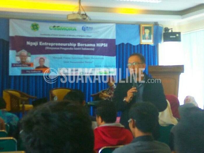 Pembina Himpunan Pengusaha Santri Indonesia (HIPSI), Deden Edi saat memberikan materi pada acara Ngaji Entrepreneur CSSMORA di Aula Fakultas Ushuludin UIN SGD Bandung, Sabtu (10/12/2016). (SUAKA / Dadan M. Ridwan)