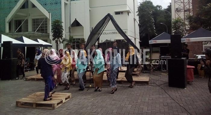 Beberapa peserta Pekan Seni Jurnalistik (PSJ) tengah menunjukkan penampilannya di pelataran Aula Anwar Musaddad UIN SGD Bandung, Sabtu (3/12/2016). Acara ini merupakan acara tahuna yang digelar oleh bidang Seni BEM-J Jurnalistik. (SUAKA / Ayu Isnaini)