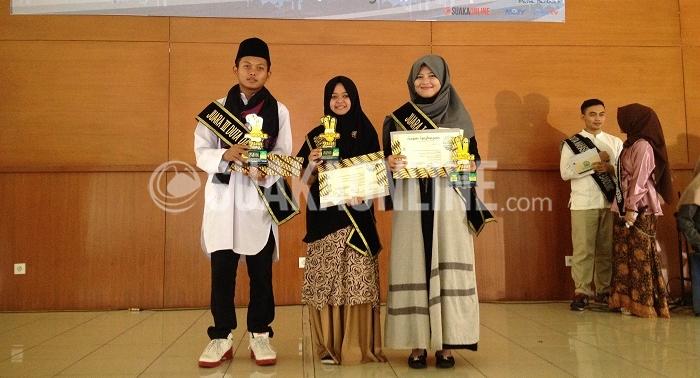 (Dari kiri) Randi Hardiansyah, Euis Wida Ningsih dan Astri Rengganis terpilih menjadi juara dalam kegiatan pemilihan Duta Da'i Komunikasi, Informasi dan Edukasi Keluarga Berencana (KIE KB) 2016 yang diselenggarakan di aula Anwar Musaddad UIN SGD Bandung, Rabu (07/12/2016). Kegiatan yang diselenggarakan oleh Pusat Informasi Konseling Mahasiswa (Pikma) UIN Bandung tersebut diharapkan mampu mensosialisasikan program pemerintah terutama program Keluarga Berencana (KB). (SUAKA / Isma Dwi A.)