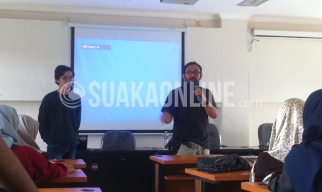 Penulis buku Meraba Indonesia, Ahmad Yunus (kanan), saat menyampaikan materi mengenai pemetaan isu saat Pelatihan Jurnalistik Tingkat Menengah (PJTM) di  Gedung Diklat Koperasi UKM Perindustrian Perdagangan, Cigondewah, Bandung, Sabtu (3/12/2016) (SUAKA /  Hasna Salma)