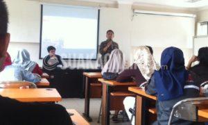Perwakilan Aliansi Jurnalis Independen (AJI), Tri Joko Her Riadi (kanan). Saat sedang menyampaikan materi mengenai seni mewawancarai dalam kegiatan Pelatihan Jurnalistik Tingkat Menengah (PJTM), yang diselenggarakan oleh Forum Komunikasi Pers Mahasiswa Bandung (FKPMB) di Gedung Diklat Koperasi UKM Perindustrian Perdagangan, Cigondewah, Bandung, Sabtu (3/12/2016). (SUAKA / Hasna Salma)