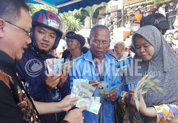 Deputi Direktur, Mikael Budisatrio melakukan sosialisasi uang baru kepada masyarakat di area perbelanjaan Pasar Baru, Kota Bandung, Selasa (20/12/16). (Restia Aidila Joneva / SUAKA)