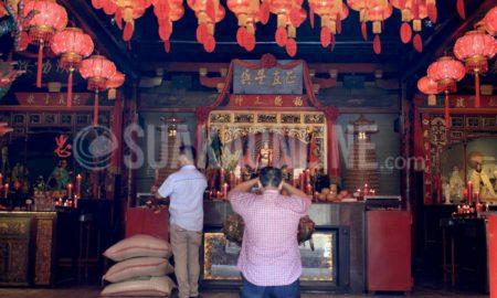 Etnis Tionghoa sedang bersembahyang di vihara Dhanagun, jalan Suryakencana, Kota Bogor, Jum'at (20/01/16). (Kontributor/ M. Ade Noveryza)