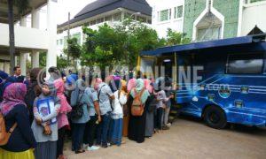 Mahasiswa sedang mengantre untuk melakukan pembayaran uang kuliah di ATM mobile banking Bank Tabungan Negara (BTN) bertempat di depan Fakultas Ushuludin, Senin (09/01/2017). (SUAKA/Dadan M. Ridwan)
