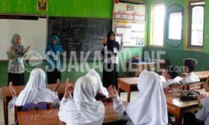 alah satu anggota komunitas Ranca sedang mengajar di kelas MTs Sukasari dalam acara Pengabdian yang dilakukan di Desa Cibeureum Kecamatan Kertasari Kabupaten Bandung (09/01/17). (SUAKA/ Nizar Al-Fadhillah)