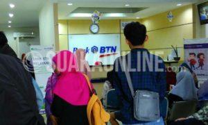 Beberapa mahasiswa UIN SGD Bandung tengah melakukan pembayaran Uang Kuliah di Bank BTN Ujungberung, Kota Bandung, Kamis (12/1/17). (SUAKA / M. Azis Pratomo)