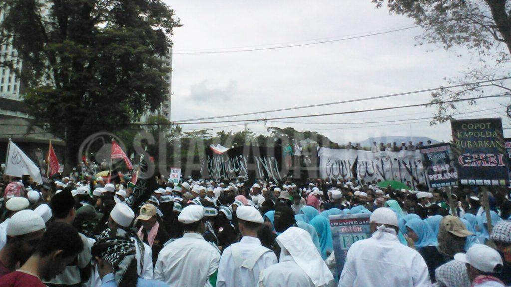 Ribuan umat Islam melakukan aksi bela Ulama di depan gedung sate, Bandung, Jawa Barat, Kamis (26/1/2017). (Puji Fauziah/ SUAKA)