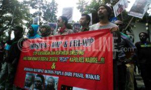 Aliansi Mahasiswa Papua (AMP) bersama Front Rakyat Indonesia Untuk West Papua (FRI-West Papua) dan Ikatan Mahasiswa Papua Jawa Barat (IMASEPA), melakukan aksi demo damai di depan taman Lansia, Bandung, Kamis (26/1/2017). Puji Fauziah/ SUAKA