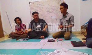 Pemimpin LPM Suaka periode 2016, Robby Darmawan dan ketua Himpunan Mahasiswa Islam (HMI) cabang Kabupaten Bandung, Muhammad Bambang saat berdialog terkait keberatan pemberitaan di dalam majalah LPM Suaka edisi tahun 2016. Bertempat di sekretariat LPM Suaka Gedung Student Centre lantai 3, Jumat (3/2/2017). (Anisa Dewi Anggri Aeni/ SUAKA)
