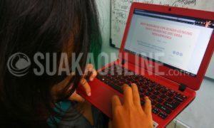 Seorang mahasiswa melihat blog KKN Sisdamas 2017 kelompok Desa Mekarwangi Kecamatan Haurwangi Kabupaten Cianjur. Blog KKN ini digunakan oleh tiga kelompok yang bertempat di satu desa. (Dadan M. Ridwan/ SUAKA)