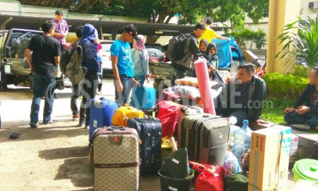 Mahasiswa KKN Sisdamas 2017 sedang melakukan pengangkutan barang keperluan selama KKN di depan Gedung O. Djauharudin AR, Selasa (7/2/2017). Barang-barang tersebut diangkut sebelum mahasiswa berangkat menggunakan bus Damri dini hari nanti. (SUAKA/ Dadan M. Ridwan)
