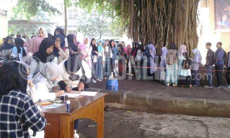 Antrean mahasiswa Fakultas Dakwah dan Komunikasi saat mengisi absen dan mengambil surat suara pada Pemilu Raya Dema FDK. Kamis (23/2/2017) Di Bawah Pohon Rindang. (Yudistira/ Magang)